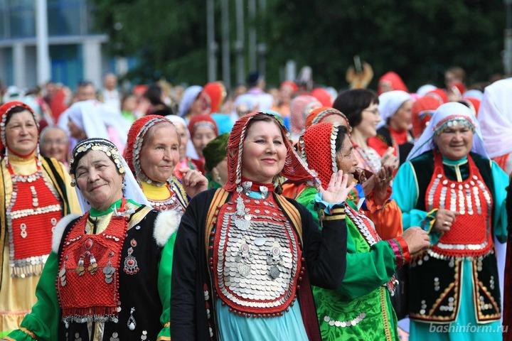 В Уфе прошло шествие в национальных костюмах
