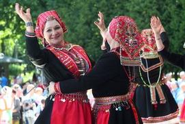 """Бег бабушек и показ национальных костюмов состоялись на """"Пеледыш пайреме"""" в Москве"""