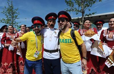 В Ростове бразильским и швейцарским болельщикам подарили казачьи фуражки