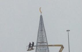 Мусульманский полумесяц на елке в Татарстане заменили снежинкой