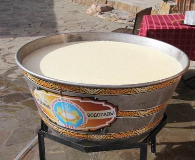 Гостей этнофестиваля в КЧР угостили айраном из чаши в 500 литров