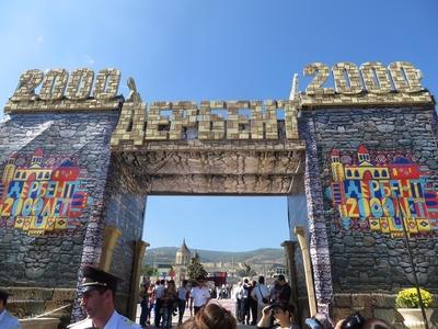 Покрас Лампас сделал роспись с названием Дербента на языках мира