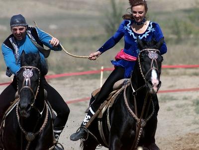Участники казахского праздника на Южном Урале гонялись за девушками и качались на качелях