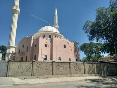 Мечеть в Крыму разрисовали свастиками