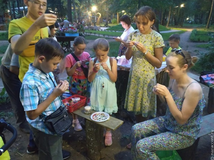 Марийские семьи сыграли в национальные игры и сплели браслеты из ракушек в Ижевске