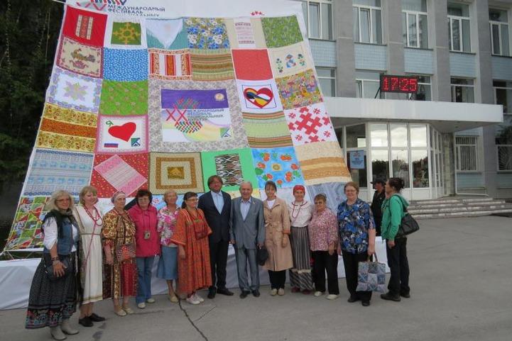 В Новосибирской области провели обряд изгнания злых духов и сшили самый большой в России платок