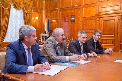 Глава КЧР учредит гранты для преподавателей русского и родных языков