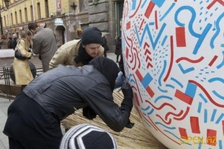 В Челябинске расписали двухметровое яйцо