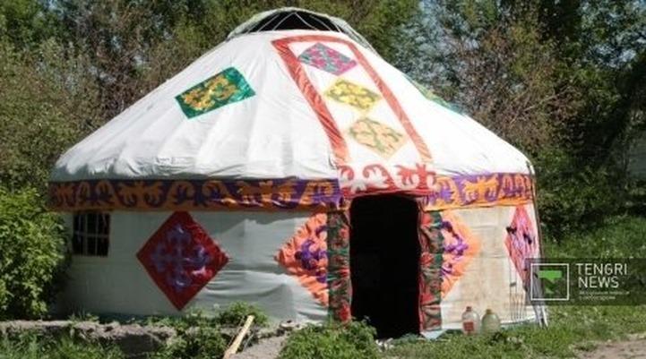 Российские казахи получили в подарок юрту, домбры и национальные костюмы