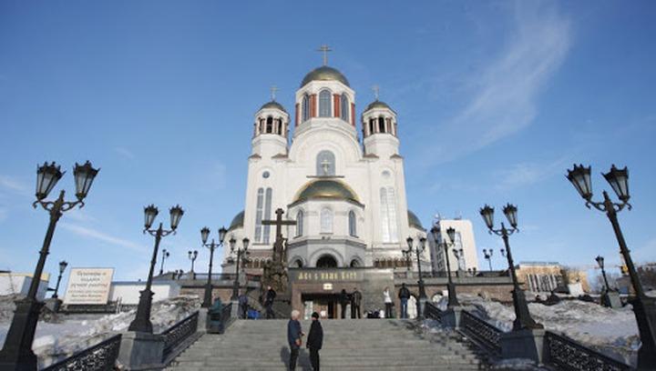 Сподвижники лишенного сана священника пришли с крестным ходом к Екатеринбургской епархии