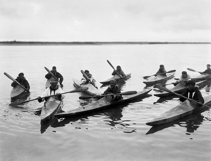 На Чукотке морские зверобои устроили гонки на кожаных байдарках