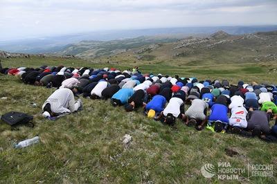 Память жертв депортации крымских татар почтили восхождением на Чатыр-Даг