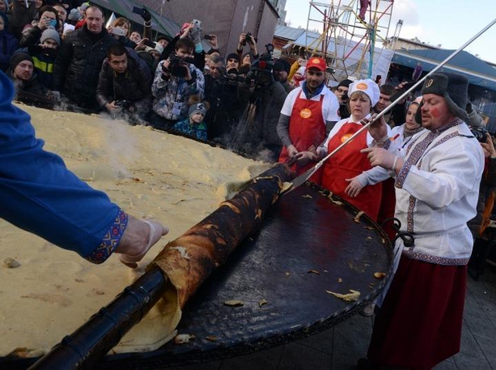 Московским поварам не удалось испечь рекордный трехметровый блин на Масленицу