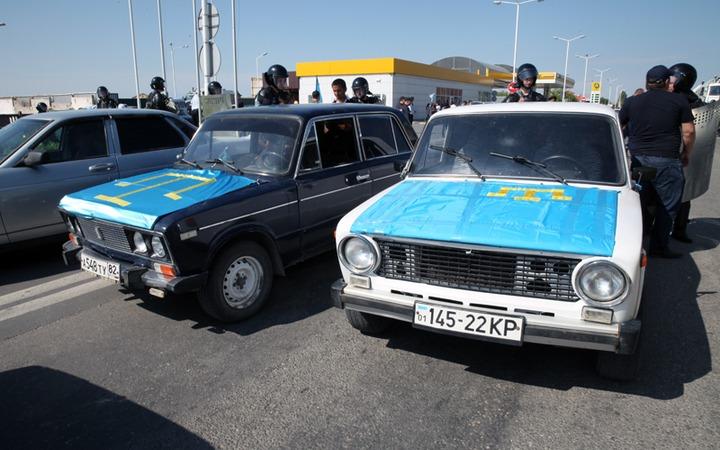 СМИ: В Симферополе ОМОН блокировал автопробег крымских татар