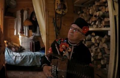 Гармонист из Твери исполняет частушки в поддержку россиян на карантине [ВИДЕО]