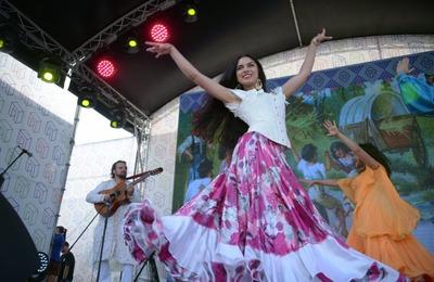 """Цыганские и мордовские музыканты выступили на фестивале """"Народы Москвы"""""""