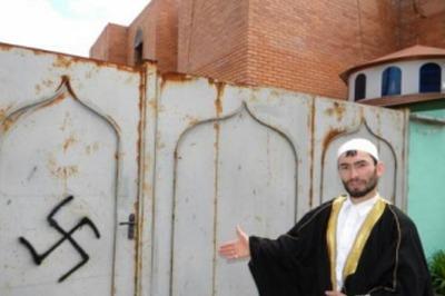 В Иркутске неизвестные разрисовали синагогу и мечеть свастикой