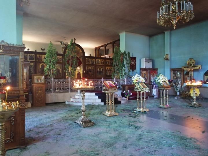 В масках и с дистанцией: православные верующие празднуют Троицу