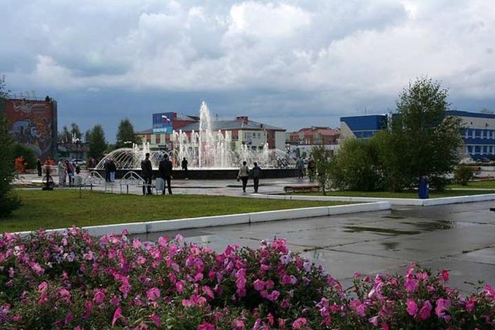 В желто-синем заборе парка в Югре увидели экстремизм