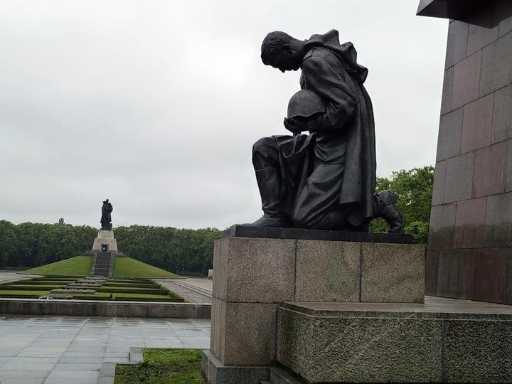 Неизвестные надругались над братской могилой советских солдат в Молдавии