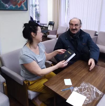 В Центральной городской библиотеке Пскова появилась библия на цыганском языке