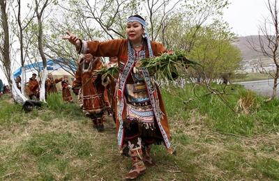 Ительмены в День корюшки задобрили духов косами из травы