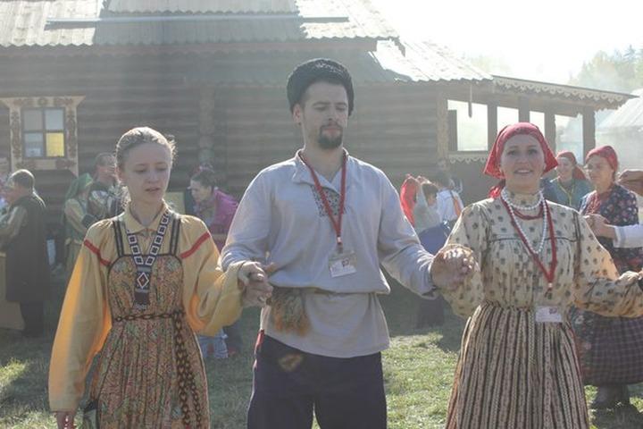 Университетские преподаватели из Европы водили хороводы на русской вечёрке под Томском