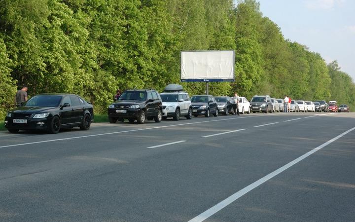 Почти 600 узбекских мигрантов застряли на административной границе из-за закрытия государственных границ России