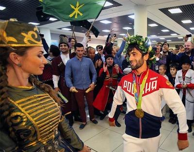 Олимпийского чемпиона Мудранова встретили в Шереметьево национальными танцами