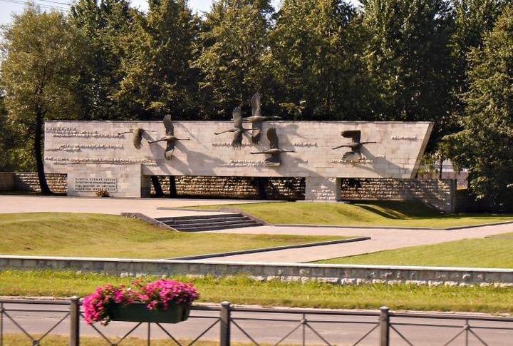 СМИ: Мигранты устроили драку на кладбище в Санкт-Петербурге