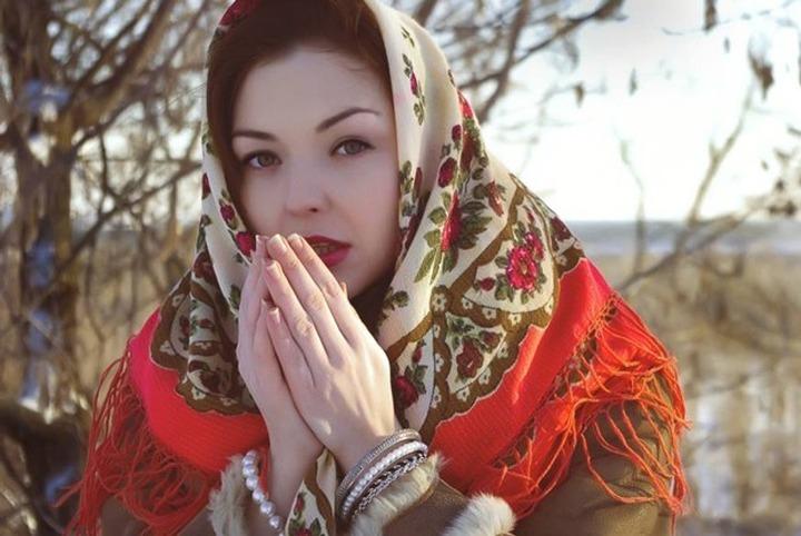 Журналистка сфотографировалась в платке и стала героиней националистических пабликов