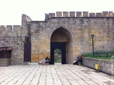 В Дербенте начались работы на разрушенных ливнями воротах крепости Нарын-кала