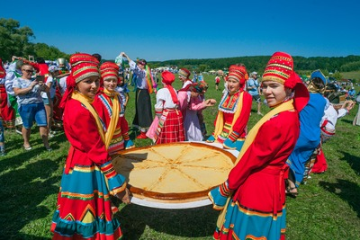 """На фестивале """"Кургоня"""" в Мордовии испекли полутораметровую мокшанскую ватрушку"""