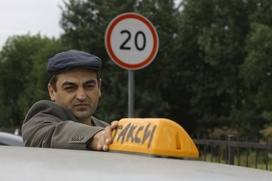 Мигранты еще год смогут работать таксистами без российских прав