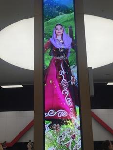 Прилетающих в Шереметьево пассажиров встречают девушки в национальных костюмах