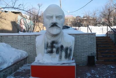 "В Новосибирске бюст Ленина изрисовали свастикой и знаком ""Азова"""