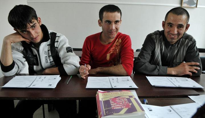 Трудовых мигрантов обяжут сдавать экзамен по русскому языку с 2015 года