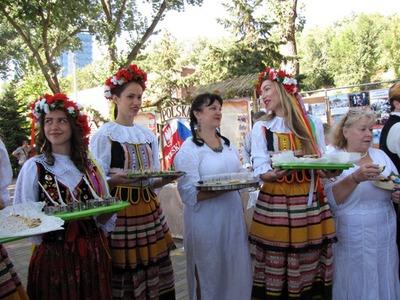 Жители Ростова-на-Дону наелись корейских солений, наслушались украинских песен и насмотрелись кавказских танцев