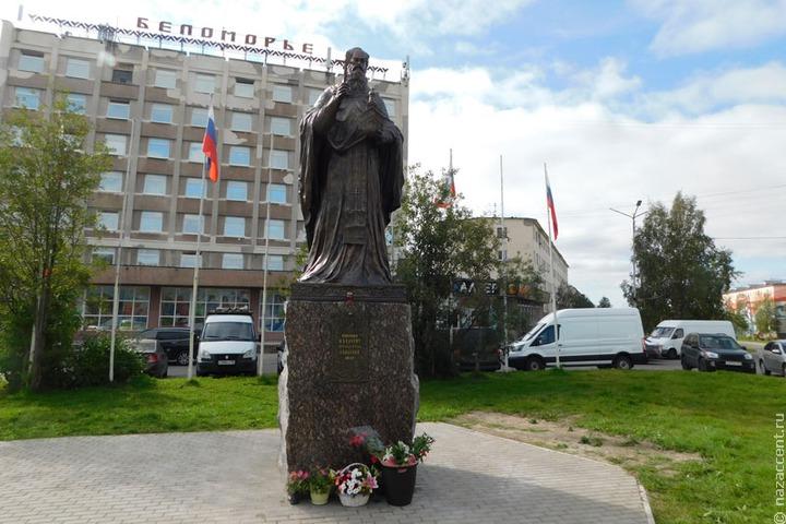 В Кандалакше установили памятник просветителю саамов Феодориту Кольскому
