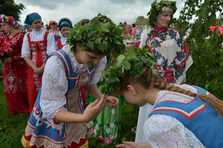 Традиционное гуляние на Троицу в курском селе Саморядово