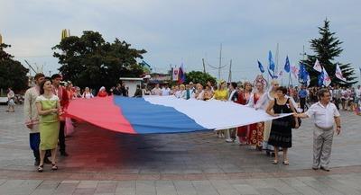 Представители 30 национальностей пронесли 20-метровый триколор по набережной Ялты