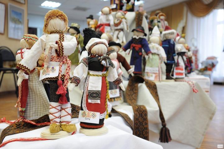 """В Сыктывкаре открылась выставка """"Портрет народа с куклы напишу"""""""