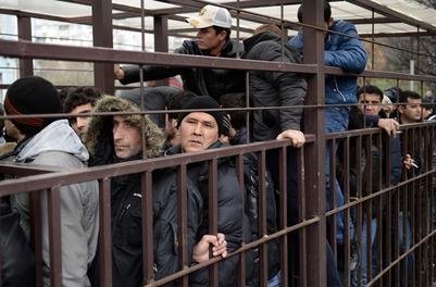 ФМС: Поток едущих в Россию мигрантов снизился всего на 8%