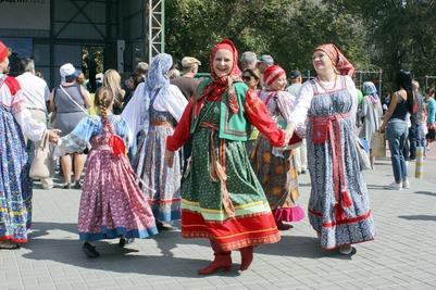 Под флагом России: как регионы отмечают государственный праздник