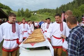 Ульяновские эрзяне испекли огромный мордовский пирог и выбрали сильнейших медвежат