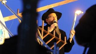 Ханукальные свечи еврейские лидеры зажгли в центре Москвы