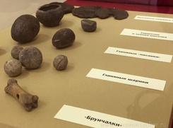 В Пскове выставили старинные брунчалки и кубари