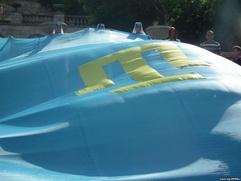 В Симферополе развернут самый большой в мире крымскотатарский флаг