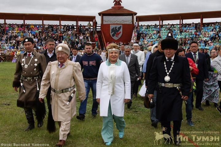 Якуты в национальных костюмах хотят побить рекорд Гиннесса на Ысыахе
