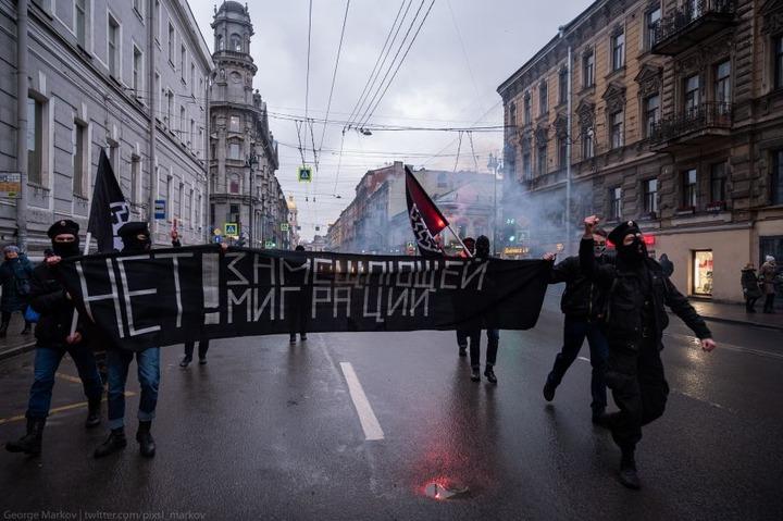 В Петербурге неизвестные в балаклавах протестовали против замещающей миграции